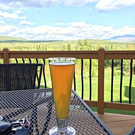 Bear Mountain Lodge: A beverage on the deck after a day of hiking.