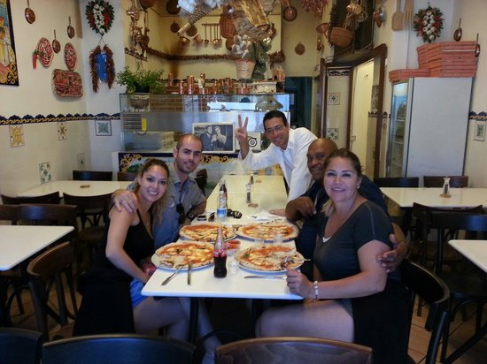 Pizzeria Napoli In Bocca: 4 pizzas and 4 drinks for 20€