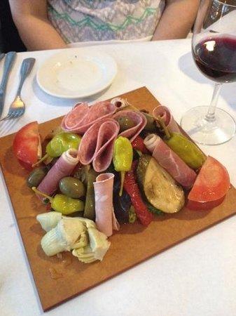 Roberto's Restaurant: antipasto.....delicious!