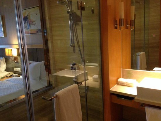 Holiday Inn Shanghai Jinxiu : Clean bathroom