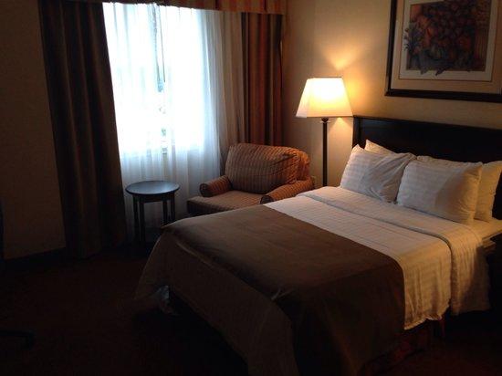 Holiday Inn Matamoros: La recámara, muy amplia, comida y limpia