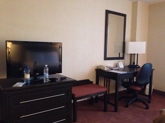 Holiday Inn Matamoros: El tocador con el escritorio de la habitación