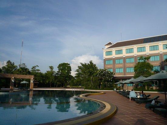 Pacific Hotel & Spa : ホテルの中庭とプール