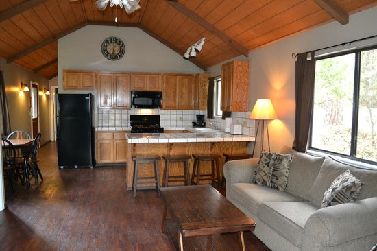 Miller's Landing Resort: Cabin kitchen and seating area