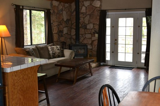 Miller's Landing Resort: Cabin seating area with fireplace