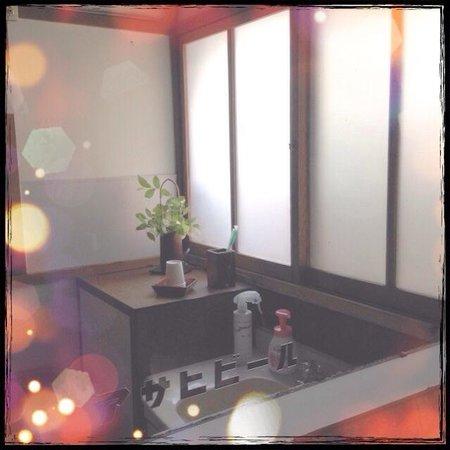 Matsunoya Ryokan: レトロで清潔感ある洗面台