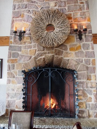 The Ivy Restaurant: Beautiful fireplace