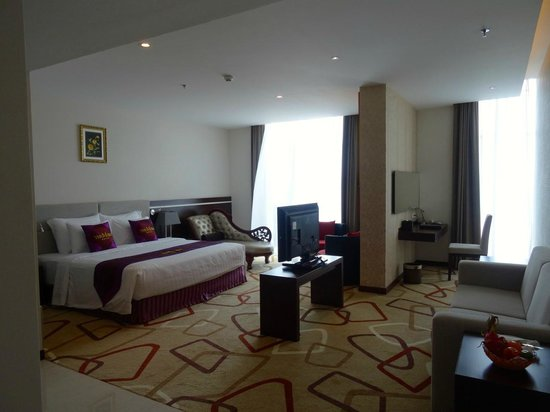 The Mira Hotel: Really large room and separate desk area