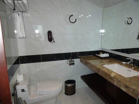 The Mira Hotel: Spacious bathroom