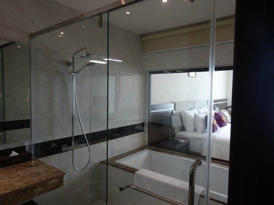 The Mira Hotel: Separate shower and tub. Slick floor but great water pressure!