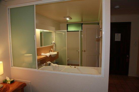 Heritage Trail Lodge: Bathroom