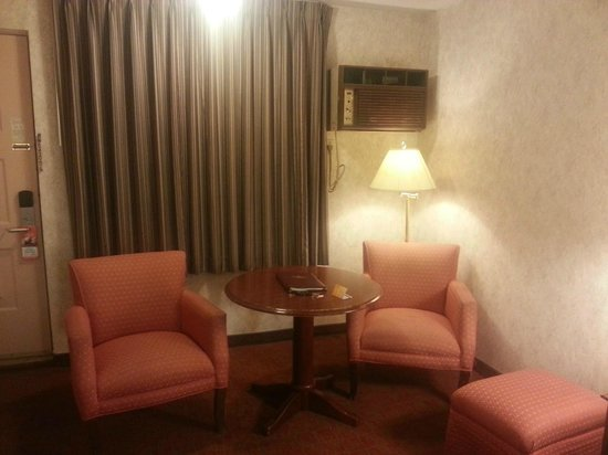 Howard Johnson Express Inn - Niagara Falls: Upgraded hotel room