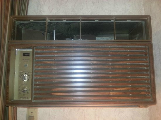 Howard Johnson Express Inn - Niagara Falls : Decrepit air conditioning unit