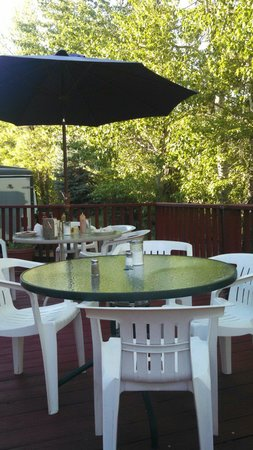 Squeeze-In Restaurant & Deck: Awesome patio by the creek