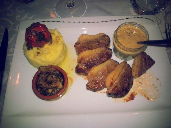 Restaurant La Poterne : Magret de canard . Ecrasé de pommes de terre . Sauce aux cèpes et courgettes