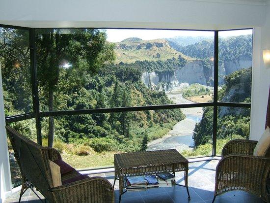 Tarata Fishaway: Treehouse Bay Window Veiw