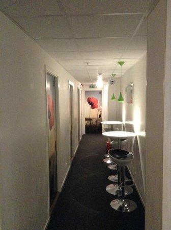 Interhostel : Коридор со столиками