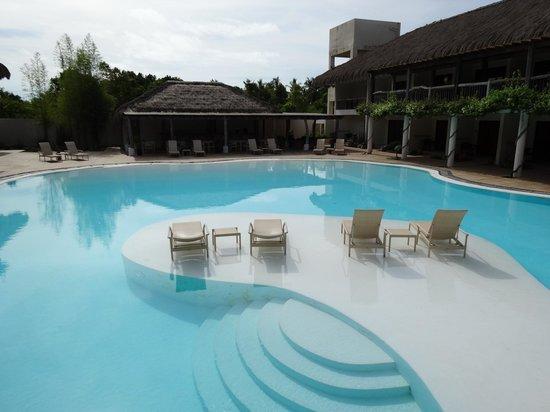Bluewater Panglao Beach Resort: 1ere piscine