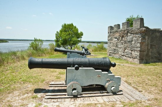 Fort Frederica National Monument : Cannon with the crest of George the first of Great Britain