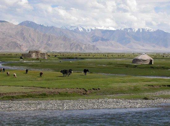 Tashkurgan Fort: Riesige Weideflächen (Jailoo) im Umfeld des Forts