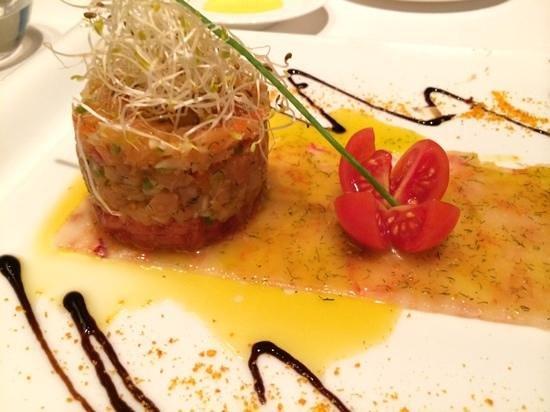 La Falua: Carpaccio de gambas con tartar de ahumados y tomate raf.