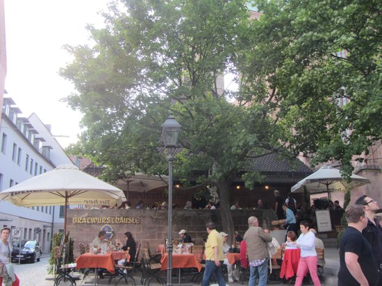 Bratwursthäusle: Outside seating