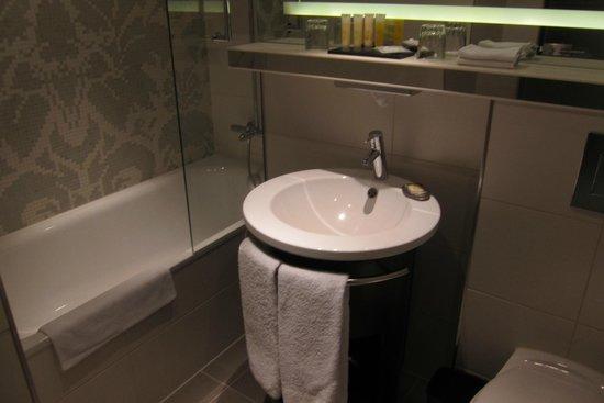 Pullman Hotel Munich: 清潔なバスルーム