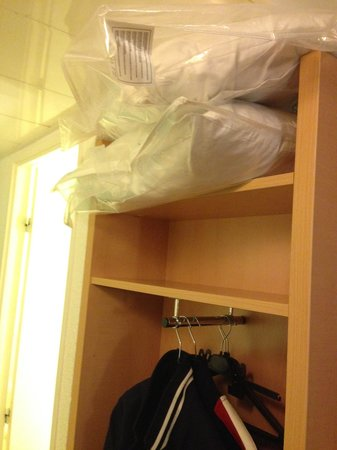 Ibis Paris Gare du Nord La Fayette 10eme: Extra pillows in the 'open' cupboard