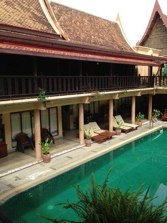 Ruean Thai Hotel: Pool view