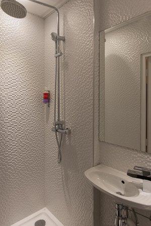 Salle de bains picture of grand hotel leveque paris - Hotel salle de bain ...