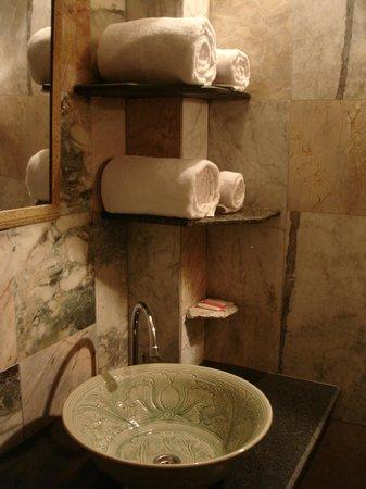 Ruean Thai Hotel: Bathroom