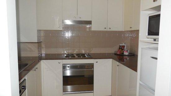 Quay West Suites Melbourne: Room 910 kitchen