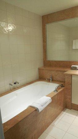 Quay West Suites Melbourne: Room 910 bathroom