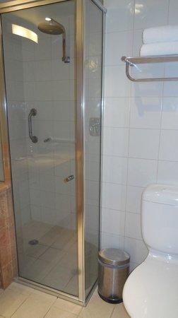 Quay West Suites Melbourne: Room 910 shower