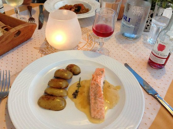 Aris Restaurant: Salmon with baked potatoes