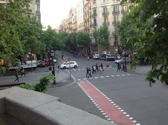 Aspasios Rambla Catalunya Suites: The view of Rambla Catalunya from 1st floor apartment