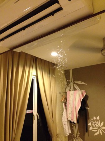 Tune Hotel Downtown Penang: Leaking aircon, not cool at all.