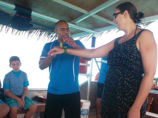 Koka Lagoon Cruises: making a bracelt