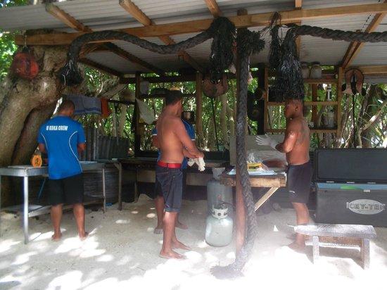 Koka Lagoon Cruises : Crew cooking lunch