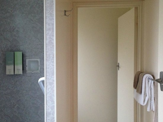 Diplomat Motel: bath room