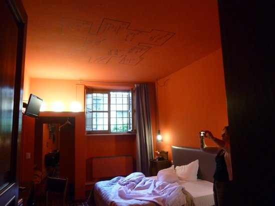 Albergo Diana: Without the lights on the room looks even worse