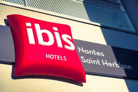 Ibis Nantes Saint Herblain : Entrée de l'hôtel