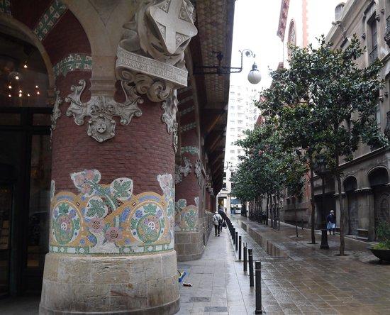 Palais de la Musique Catalane (Palau de la Musica Catalana) : 雨の路地