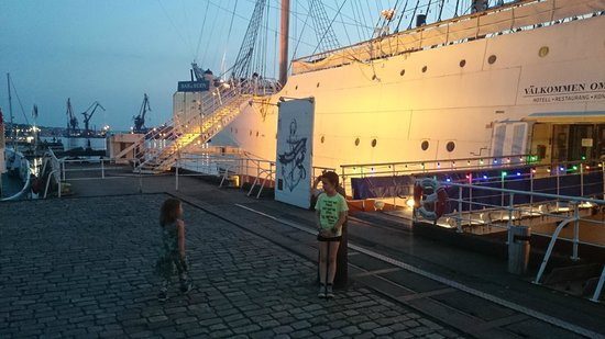 Hotell Barken Viking: At night, the ship is beautifully lit up.