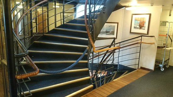 Hotell Barken Viking: A rope inexplicably blocking access to upper deck.