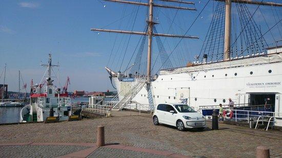 Hotell Barken Viking : The ship is located at Lilla Bommen, just west of Göta älv-bron.