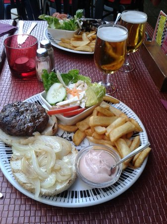 Moochers Jazz Cafe : 12.99 euros for nice burger and oven chips