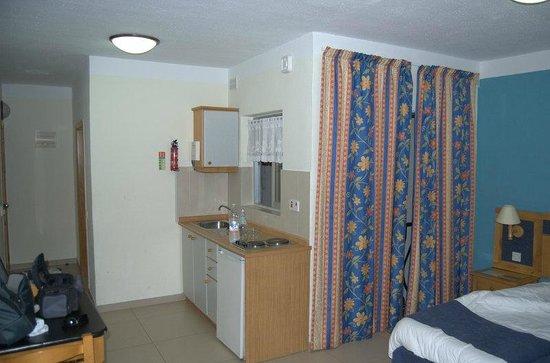 115 The Strand Hotel and Suites : camera con cucina vista pozzo luce buio