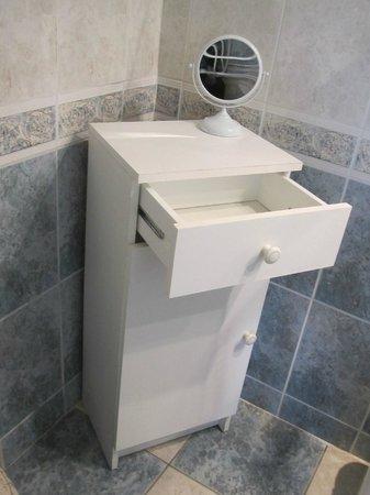 Les Moulins du Duc : Meuble de salle de bain bancale