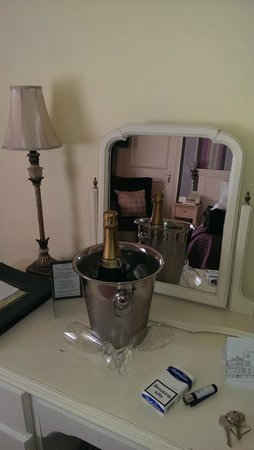 Stanwell House Hotel: Chilled Champagne in room